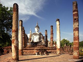 Navštívit Sukhothay je jako přenést se o nějakých pár set let zpět do minulosti. Pozůstatky impozantního královského města jsou zrekonstruovány do malebného historického parku, plného lotosových jezírek, elegantních věží chedi a všudypřítomných soch Buddhy. Sukhothay, jehož poetické jméno lze...