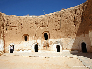 Berberská jeskynní obydlí v Matmatě jsou jednou z nejnavštěvovanějších tuniských turistických atrakcí. Přestože se tady střídají jeden zájezdový autobus za druhým, stojí jejich návštěva za to. Nejlepší je dostat se sem buď brzo ráno nebo naopak pozdě odpoledně, abyste minuli ten největší nápor...