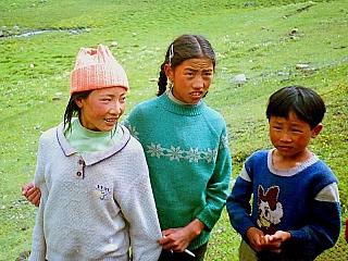Čína, která je nejlidnatější zemí světa (1,4 miliardy obyvatel podle cenzu), se rozkládá na 9,6 milionu čtverečních kilometrů. Jejími sousedy jsou Indie, Pákistán, Afghánistán, Tádžikistán, Kyrgyzstán, Kazachstán, Rusko, Mongolsko, KLDR, Vietnam, Laos, Myanmar, Bhútán a Nepál. Docela rozsáhlá...