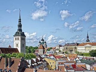 """Estonsko, které má zhruba 1,4 milionu obyvatel, se rozkládá na 45 tisících čtverečních kilometrech. Jeho přímými sousedy jsou Lotyšsko a Rusko, """"přes moře"""" se dá hovořit i o Finsku. Zajímavé je jistě i to, že Estonsko je vlastně zemí plnou nížin. Nejvyšší """"hora"""" – Suur Munamägi – je totiž vysoká..."""